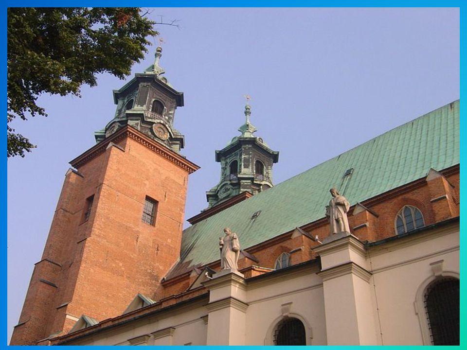 Prawdopodobnie już w IX wieku (około 100 lat przed przyjęciem Chrztu przez Mieszka I) na Wzgórzu Lecha powstała najstarsza świątynia chrześcijańska Po wojnie świątynia została odbudowana w stylu gotyckim.