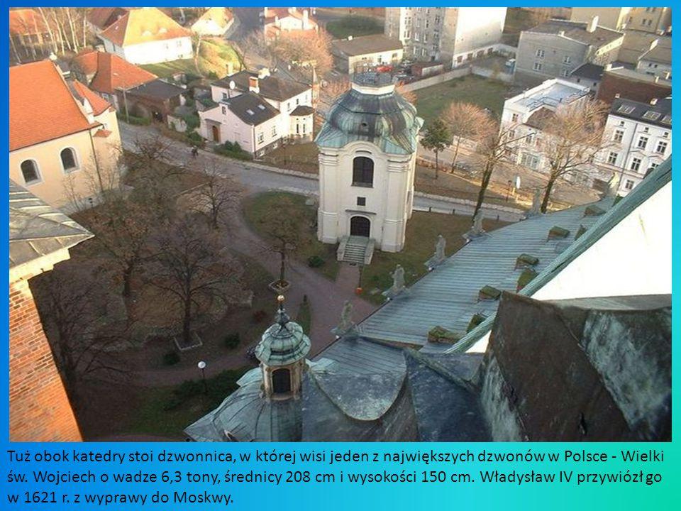 Tuż obok katedry stoi dzwonnica, w której wisi jeden z największych dzwonów w Polsce - Wielki św.
