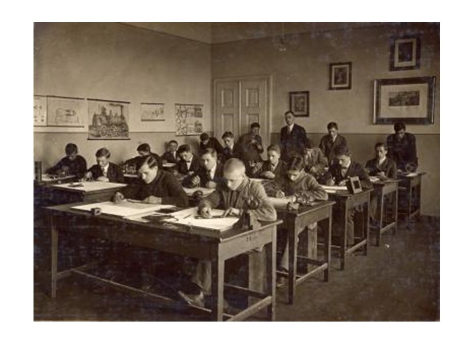 Przed pierwszym Dyrektorem Polakiem stanął ogrom prac do wykonania. Szkoła rozwijała się prężnie. Już w 1917 roku wypuszczono pierwszych absolwentów -
