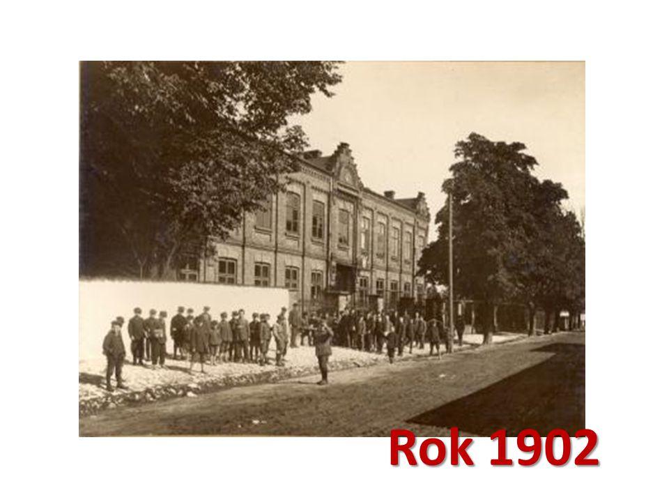 Obecny budynek oddano do użytku w 1901 roku Obecny budynek oddano do użytku w 1901 roku, w nim właśnie, dla zamieszkałych na terenie miasta Rosjan, utworzono później kaplicę prawosławną.