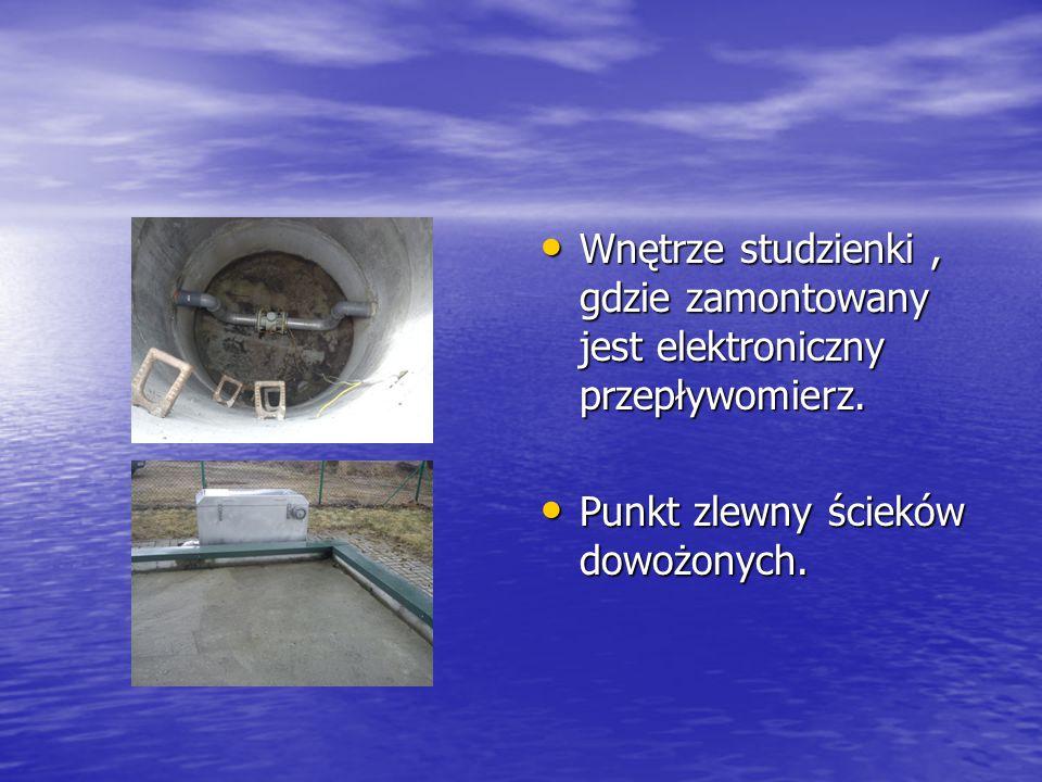 Zbiornik ścieku oczyszczonego z odpływem, a przy nim pracownik. Zbiornik ścieku oczyszczonego z odpływem, a przy nim pracownik. Urządzenie sterujące o