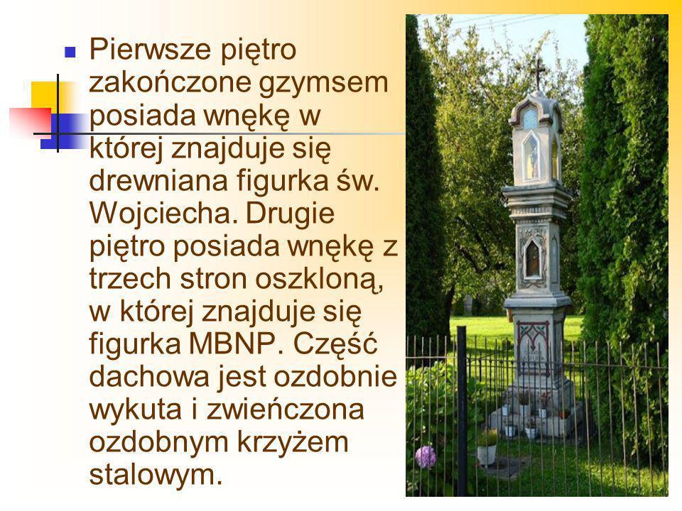 Pierwsze piętro zakończone gzymsem posiada wnękę w której znajduje się drewniana figurka św. Wojciecha. Drugie piętro posiada wnękę z trzech stron osz