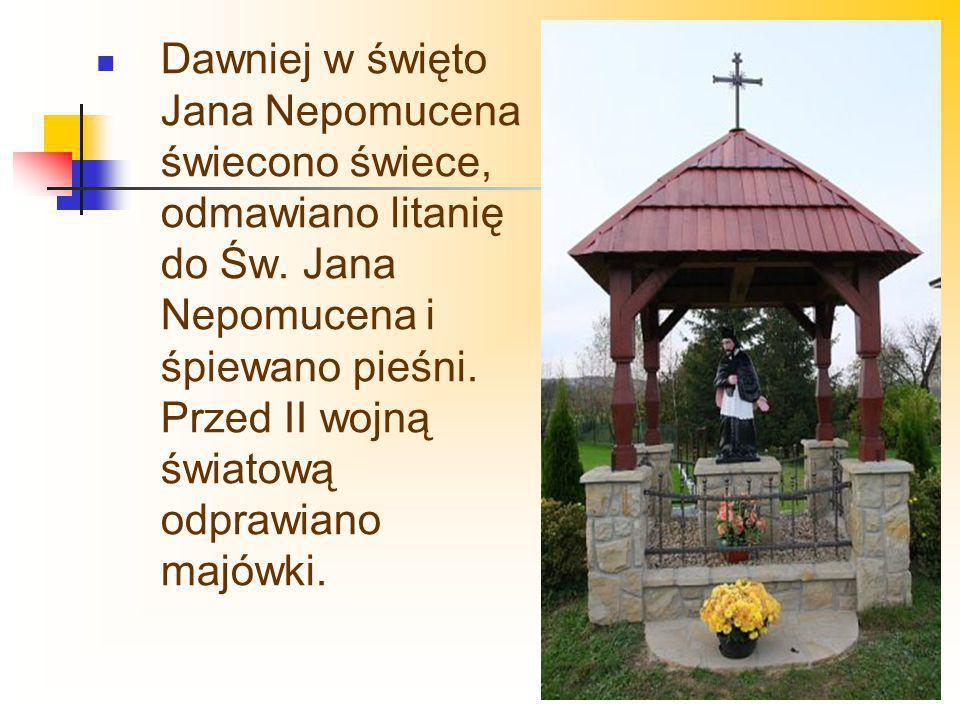 Dawniej w święto Jana Nepomucena świecono świece, odmawiano litanię do Św. Jana Nepomucena i śpiewano pieśni. Przed II wojną światową odprawiano majów