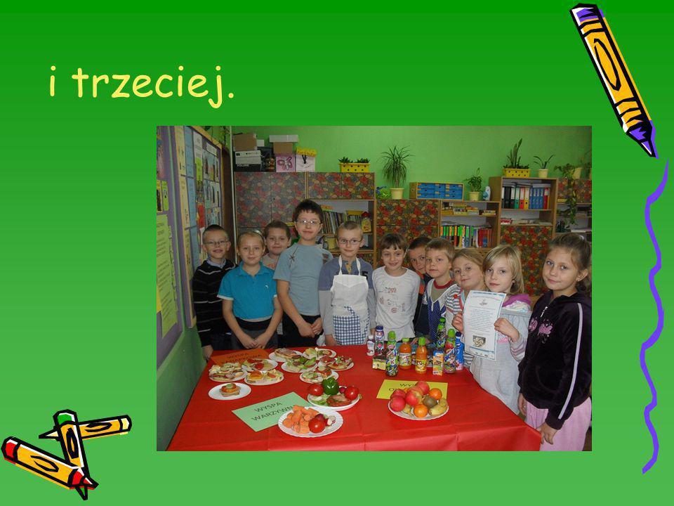 8 listopada - wtorek To właśnie w ten dzień uczniowie samodzielnie przygotowali przepyszny i zdrowy posiłek, który następnie z apetytem wspólnie zjedli w stołówce szkolnej.