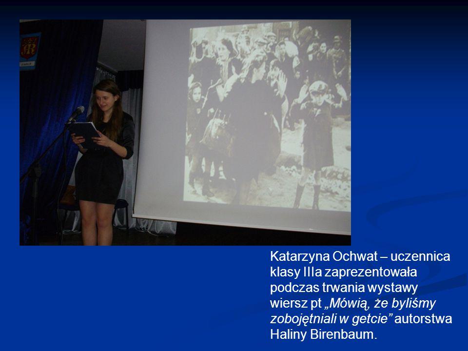 """Katarzyna Ochwat – uczennica klasy IIIa zaprezentowała podczas trwania wystawy wiersz pt """"Mówią, że byliśmy zobojętniali w getcie autorstwa Haliny Birenbaum."""