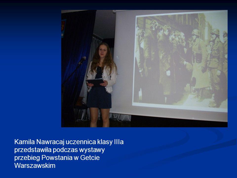 Kamila Nawracaj uczennica klasy IIIa przedstawiła podczas wystawy przebieg Powstania w Getcie Warszawskim