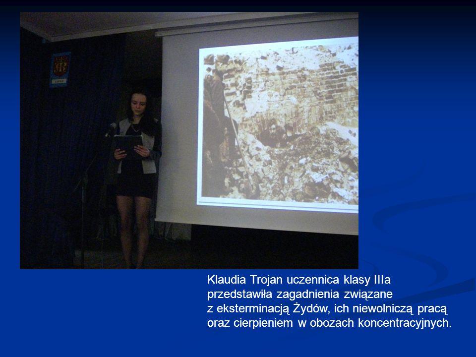 Klaudia Trojan uczennica klasy IIIa przedstawiła zagadnienia związane z eksterminacją Żydów, ich niewolniczą pracą oraz cierpieniem w obozach koncentracyjnych.
