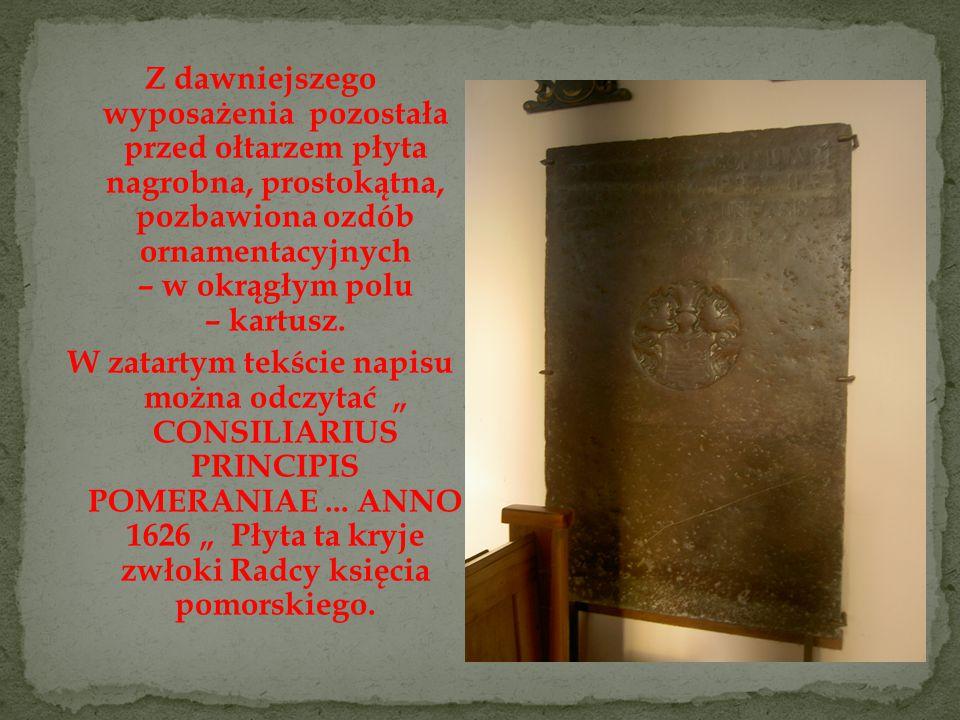 Z dawniejszego wyposażenia pozostała przed ołtarzem płyta nagrobna, prostokątna, pozbawiona ozdób ornamentacyjnych – w okrągłym polu – kartusz.