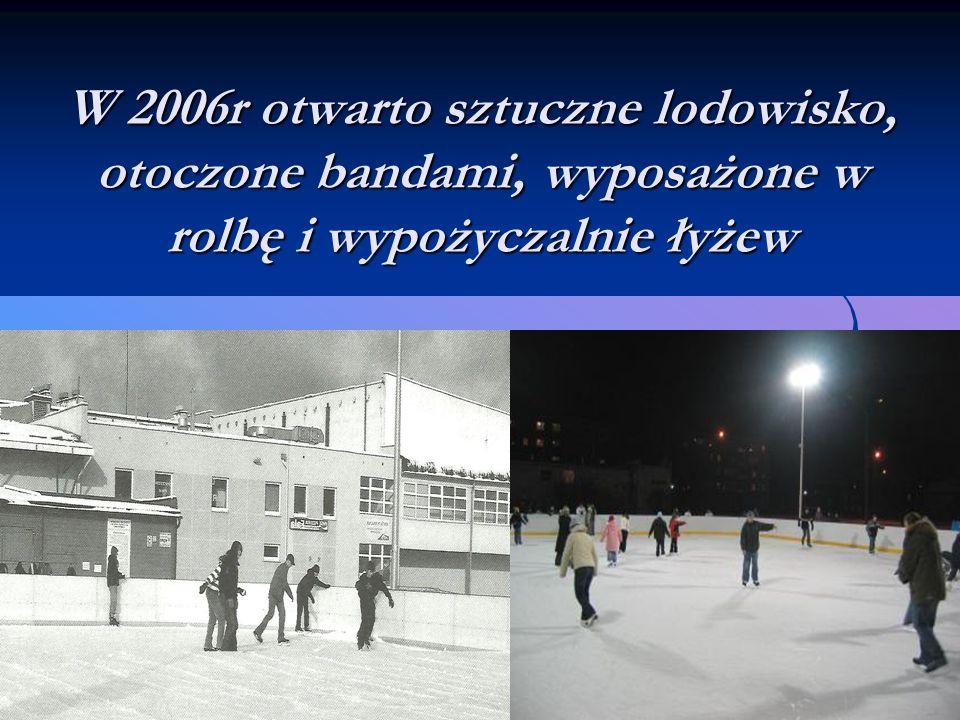 W 2006r otwarto sztuczne lodowisko, otoczone bandami, wyposażone w rolbę i wypożyczalnie łyżew
