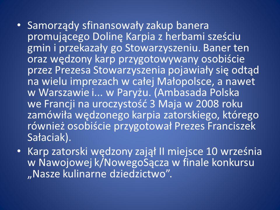 Samorządy sfinansowały zakup banera promującego Dolinę Karpia z herbami sześciu gmin i przekazały go Stowarzyszeniu. Baner ten oraz wędzony karp przyg