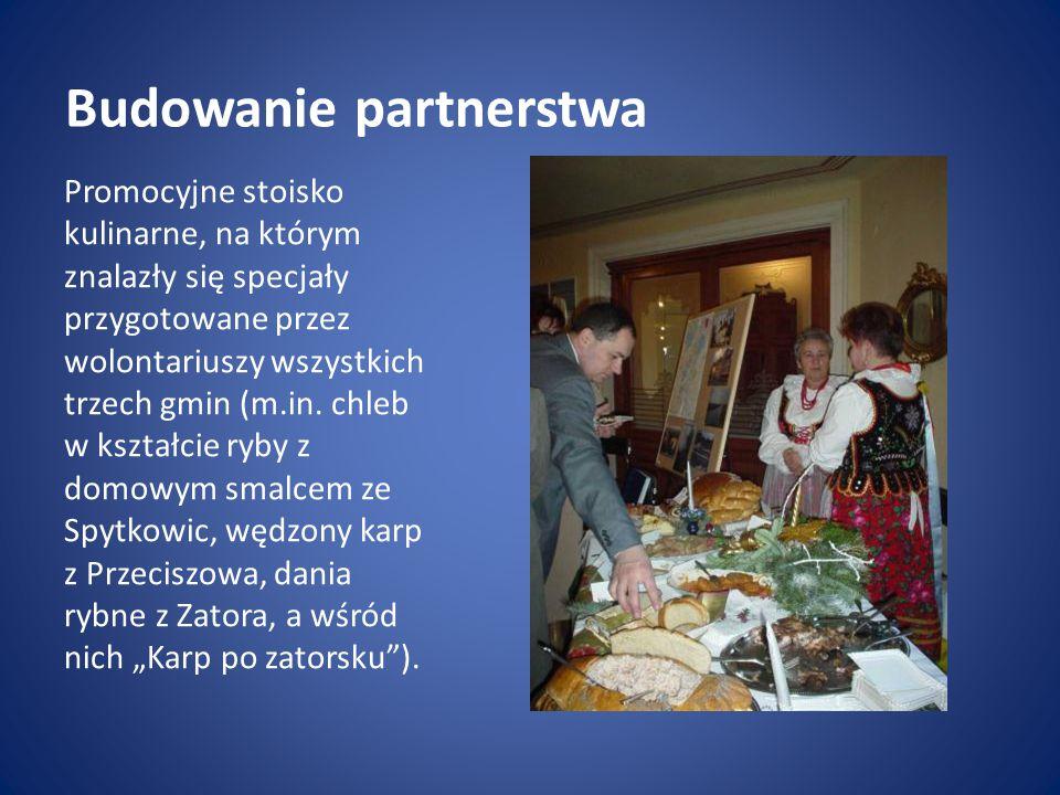 Budowanie partnerstwa Promocyjne stoisko kulinarne, na którym znalazły się specjały przygotowane przez wolontariuszy wszystkich trzech gmin (m.in.