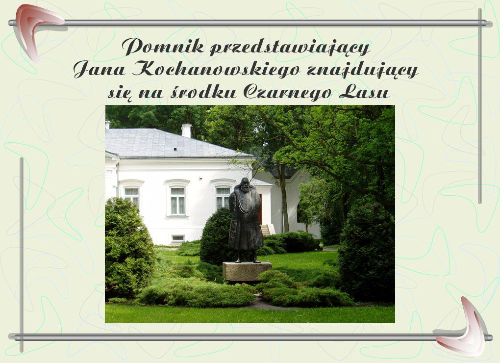 Pomnik przedstawiający Jana Kochanowskiego znajdujący się na środku Czarnego Lasu