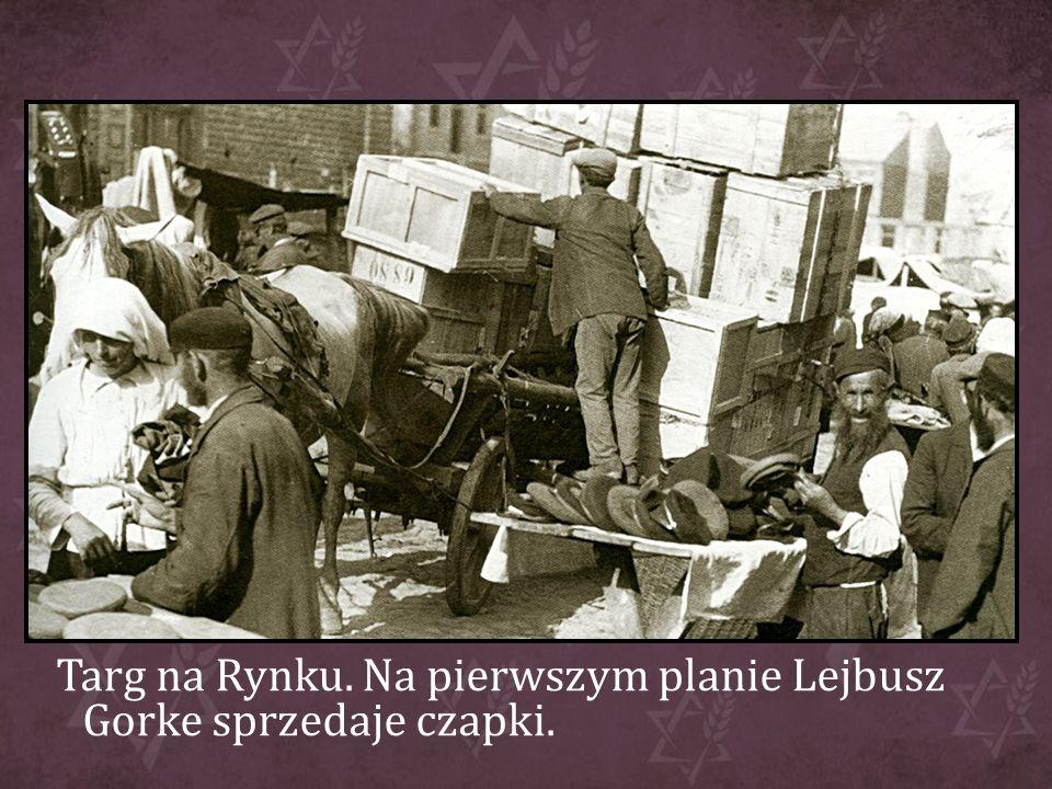 Targ na Rynku. Na pierwszym planie Lejbusz Gorke sprzedaje czapki.