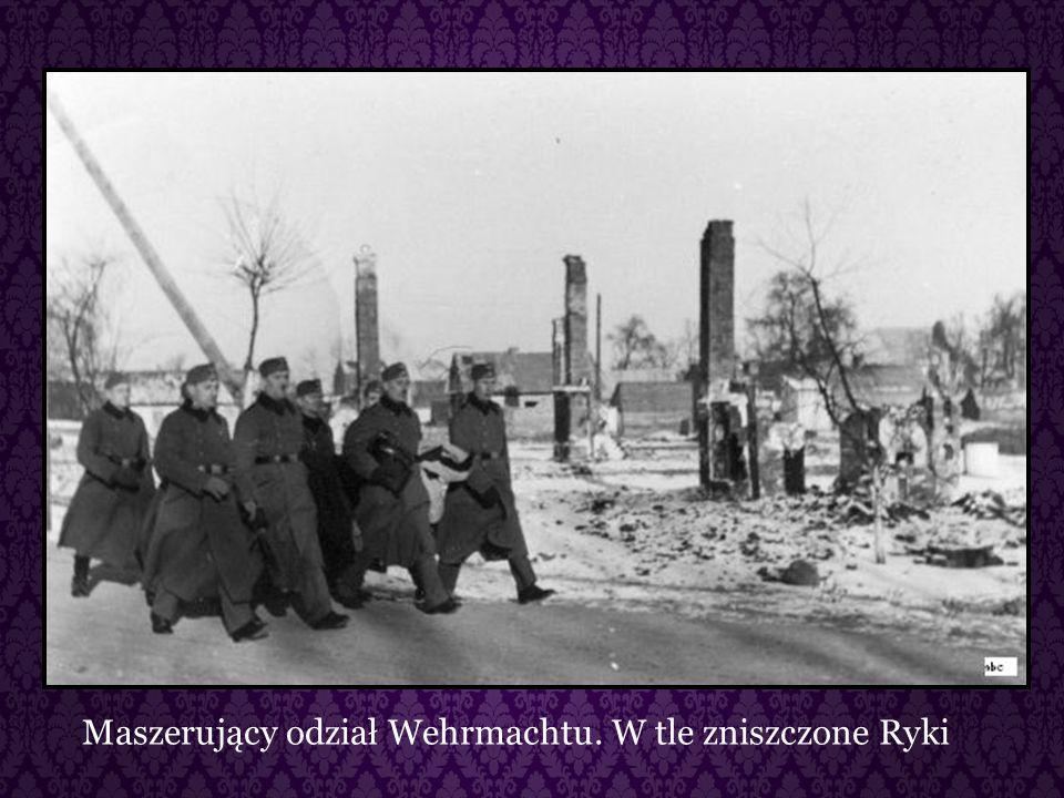 Maszerujący odział Wehrmachtu. W tle zniszczone Ryki