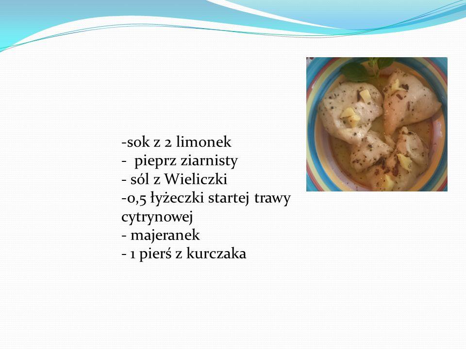-sok z 2 limonek - pieprz ziarnisty - sól z Wieliczki -0,5 łyżeczki startej trawy cytrynowej - majeranek - 1 pierś z kurczaka