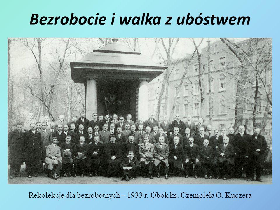Bezrobocie i walka z ubóstwem Rekolekcje dla bezrobotnych – 1933 r. Obok ks. Czempiela O. Kuczera