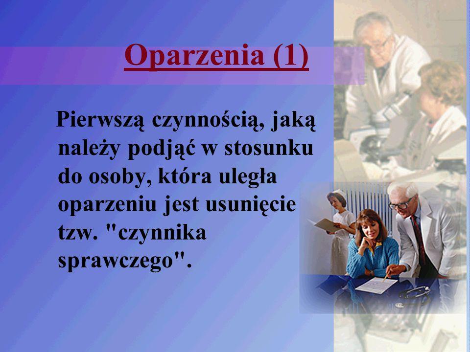 Oparzenia (1) Pierwszą czynnością, jaką należy podjąć w stosunku do osoby, która uległa oparzeniu jest usunięcie tzw.