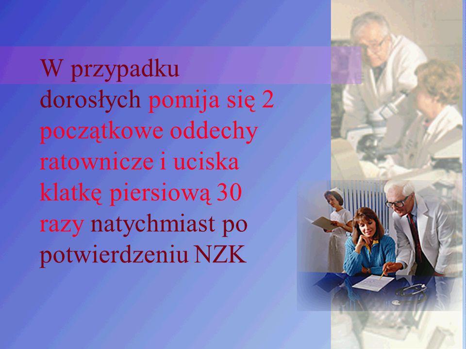 W przypadku dorosłych pomija się 2 początkowe oddechy ratownicze i uciska klatkę piersiową 30 razy natychmiast po potwierdzeniu NZK