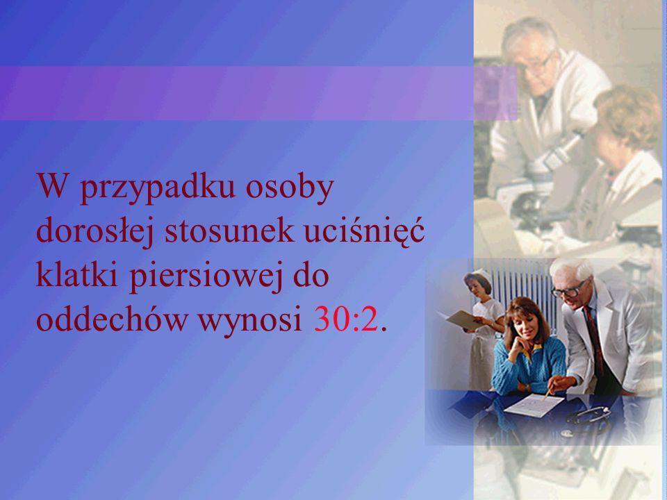 W przypadku osoby dorosłej stosunek uciśnięć klatki piersiowej do oddechów wynosi 30:2.