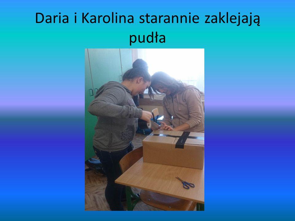 Daria i Karolina starannie zaklejają pudła