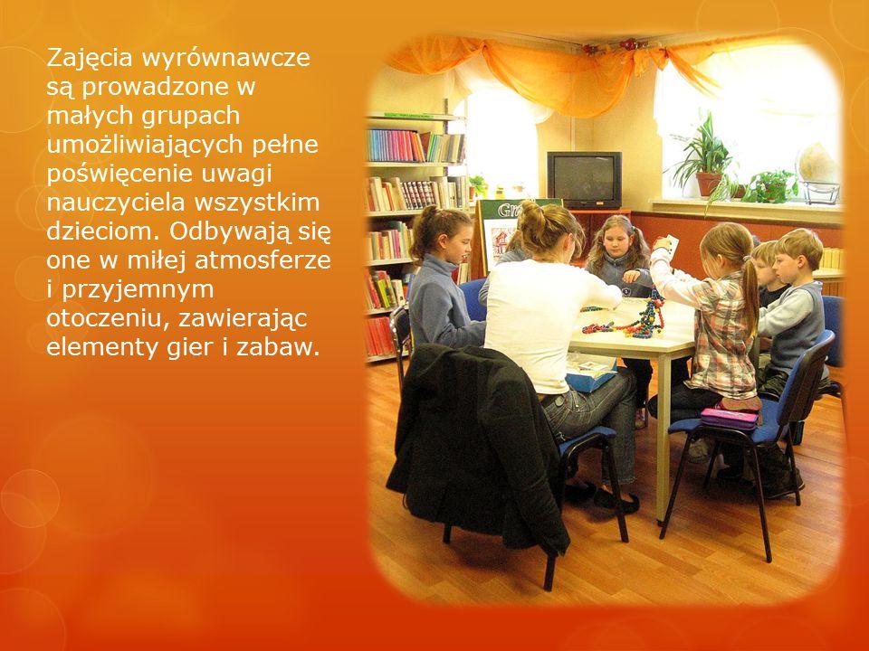 Zajęcia wyrównawcze są prowadzone w małych grupach umożliwiających pełne poświęcenie uwagi nauczyciela wszystkim dzieciom. Odbywają się one w miłej at