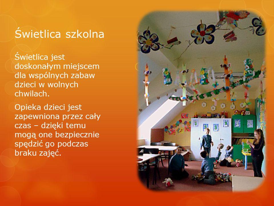 Świetlica szkolna Świetlica jest doskonałym miejscem dla wspólnych zabaw dzieci w wolnych chwilach. Opieka dzieci jest zapewniona przez cały czas – dz
