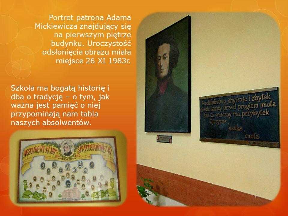 Portret patrona Adama Mickiewicza znajdujący się na pierwszym piętrze budynku. Uroczystość odsłonięcia obrazu miała miejsce 26 XI 1983r. Szkoła ma bog