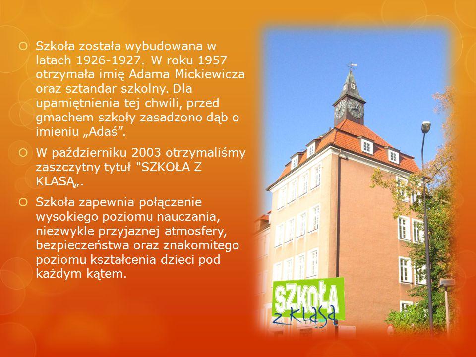  Szkoła została wybudowana w latach 1926-1927. W roku 1957 otrzymała imię Adama Mickiewicza oraz sztandar szkolny. Dla upamiętnienia tej chwili, prze