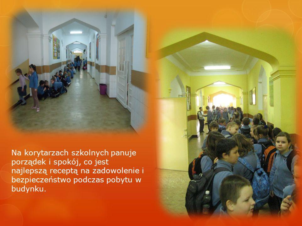 Na korytarzach szkolnych panuje porządek i spokój, co jest najlepszą receptą na zadowolenie i bezpieczeństwo podczas pobytu w budynku.