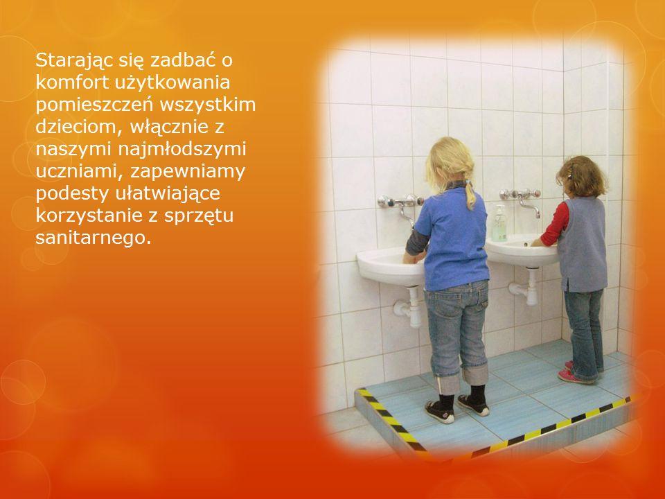 Starając się zadbać o komfort użytkowania pomieszczeń wszystkim dzieciom, włącznie z naszymi najmłodszymi uczniami, zapewniamy podesty ułatwiające kor