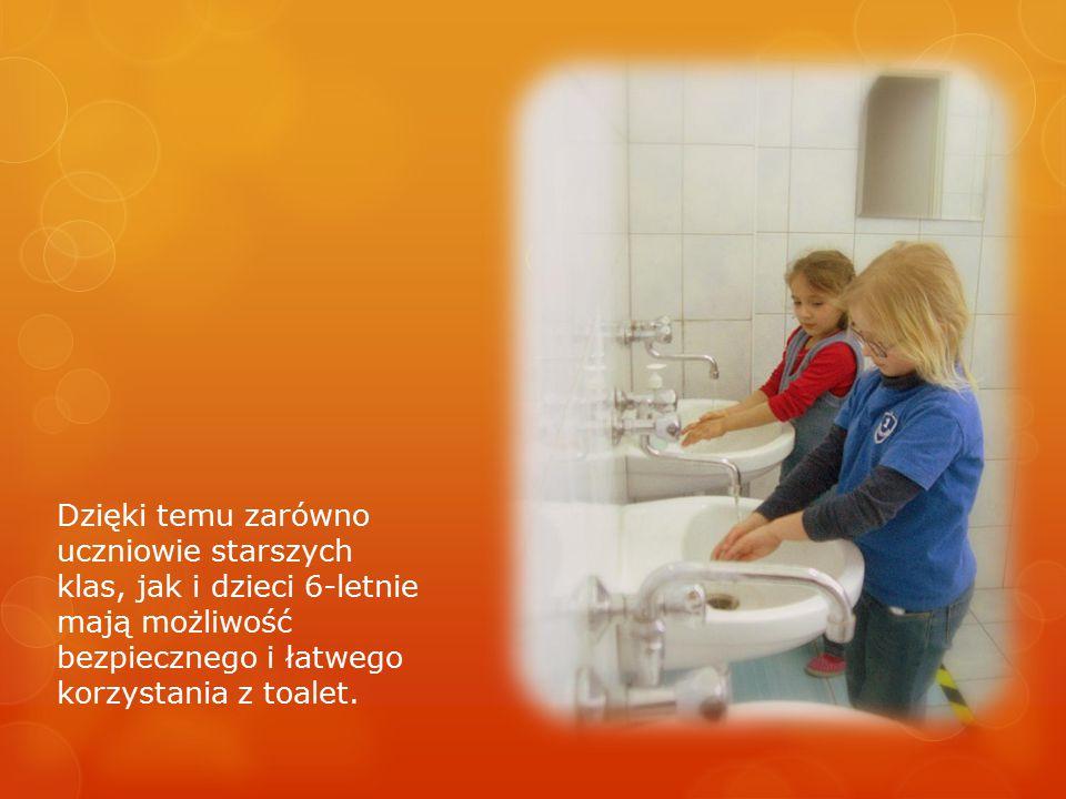 Dzięki temu zarówno uczniowie starszych klas, jak i dzieci 6-letnie mają możliwość bezpiecznego i łatwego korzystania z toalet.