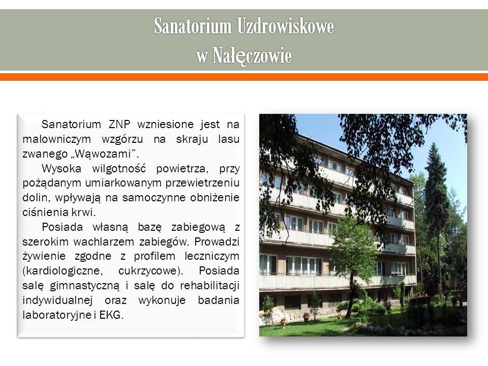 """Sanatorium ZNP wzniesione jest na malowniczym wzgórzu na skraju lasu zwanego """"Wąwozami ."""