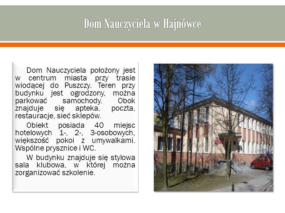 Dom Nauczyciela położony jest w centrum miasta przy trasie wiodącej do Puszczy.