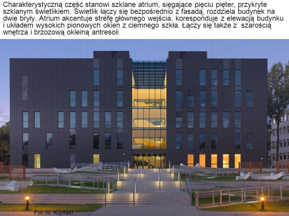 Fot. W. Kryński Charakterystyczną część stanowi szklane atrium, sięgające pięciu pięter, przykryte szklanym świetlikiem. Świetlik łączy się bezpośredn