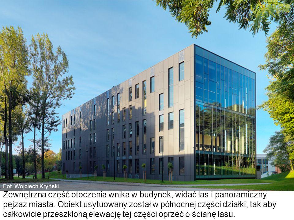 Fot. Wojciech Kryński Zewnętrzna część otoczenia wnika w budynek, widać las i panoramiczny pejzaż miasta. Obiekt usytuowany został w północnej części