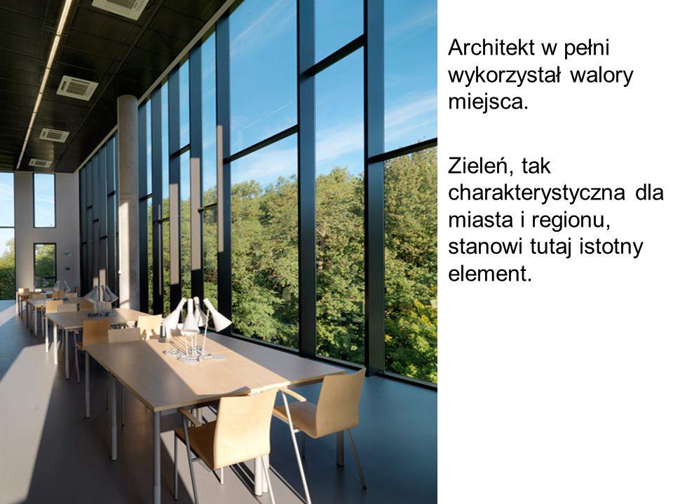 Architekt w pełni wykorzystał walory miejsca. Zieleń, tak charakterystyczna dla miasta i regionu, stanowi tutaj istotny element.