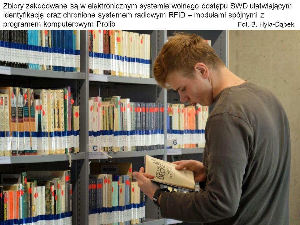 Zbiory zakodowane są w elektronicznym systemie wolnego dostępu SWD ułatwiającym identyfikację oraz chronione systemem radiowym RFiD – modułami spójnym