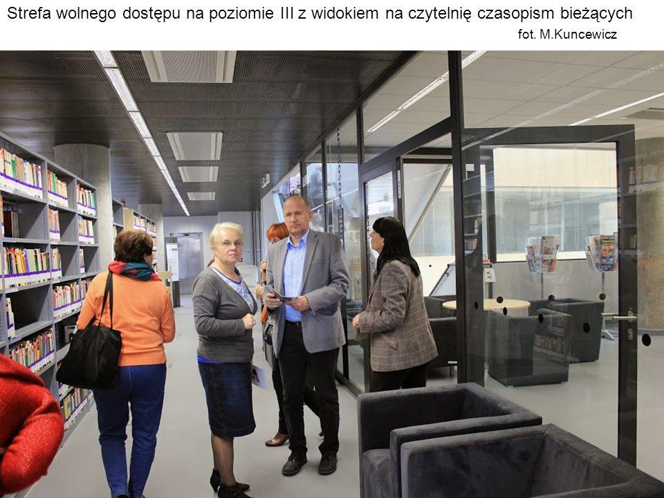Strefa wolnego dostępu na poziomie III z widokiem na czytelnię czasopism bieżących fot. M.Kuncewicz