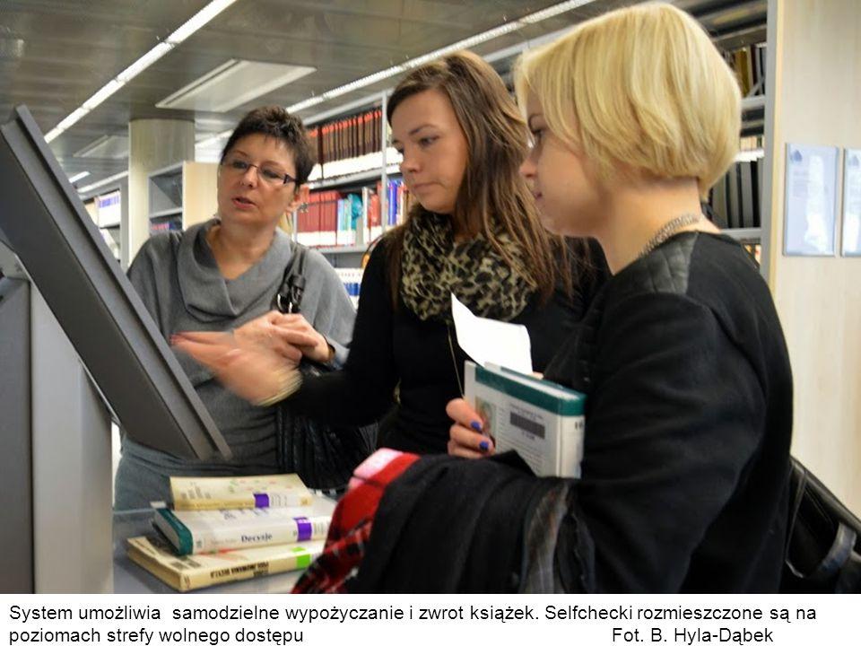 System umożliwia samodzielne wypożyczanie i zwrot książek. Selfchecki rozmieszczone są na poziomach strefy wolnego dostępu Fot. B. Hyla-Dąbek