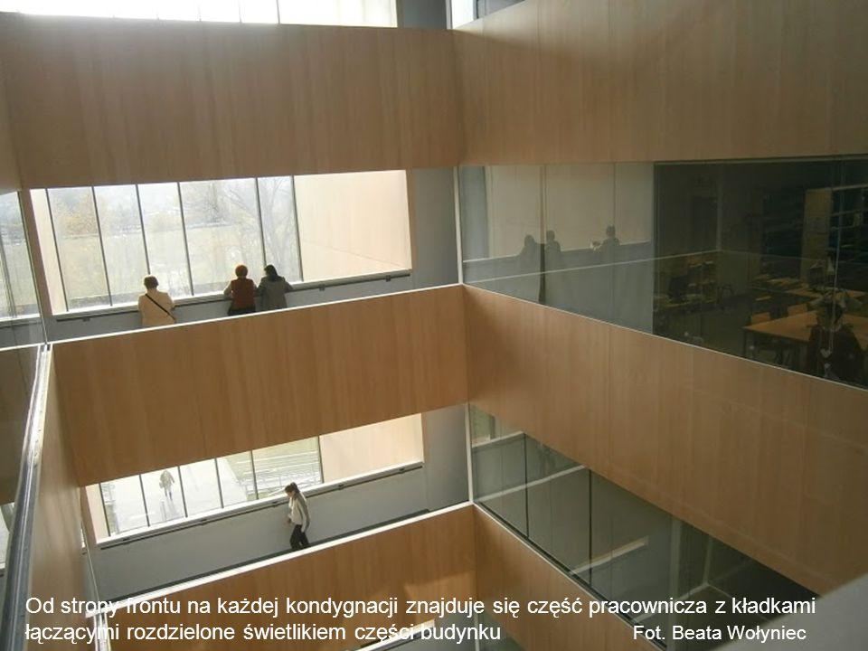 Od strony frontu na każdej kondygnacji znajduje się część pracownicza z kładkami łączącymi rozdzielone świetlikiem części budynku Fot. Beata Wołyniec