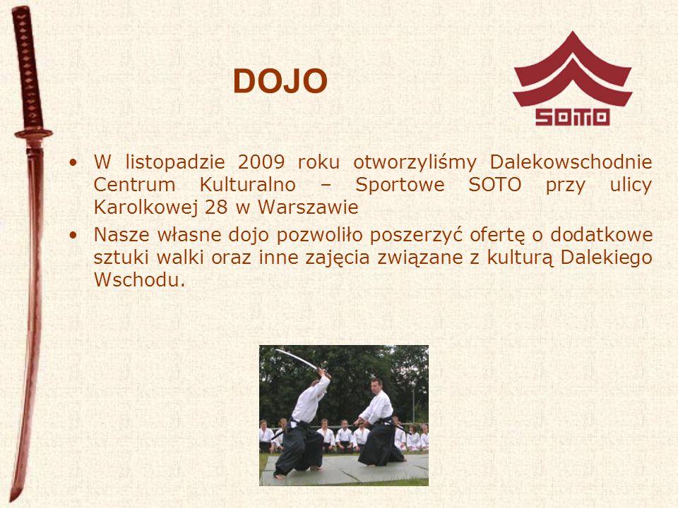 DOJO W listopadzie 2009 roku otworzyliśmy Dalekowschodnie Centrum Kulturalno – Sportowe SOTO przy ulicy Karolkowej 28 w Warszawie Nasze własne dojo pozwoliło poszerzyć ofertę o dodatkowe sztuki walki oraz inne zajęcia związane z kulturą Dalekiego Wschodu.