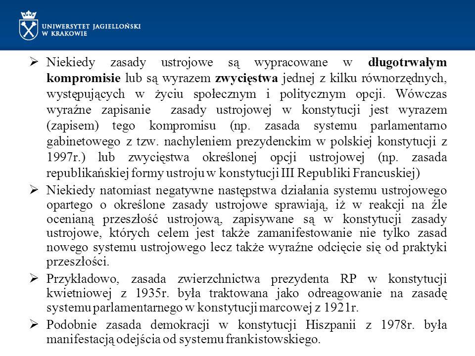 """Zasada pomocniczości państwa Fragment preambuły do Konstytucji RP """"(...) ustanawiamy Konstytucję Rzeczypospolitej Polskiej jako prawa podstawowe dla państwa oparte na poszanowaniu wolności i sprawiedliwości, współdziałaniu władz, dialogu społecznym oraz na zasadzie pomocniczości umacniającej uprawnienia obywateli i ich wspólnot (...) położenie zasady w wstępie, któremu tradycyjnie odmawia się normatywności budzi wątpliwości co do normatywnego charakteru tej zasady Przesłanki ustanowienia zasady pomocniczości: silna pozycja koncepcji mieszczącej się w społecznej nauce Kościoła katolickiego, zgodnie z którą, władza państwowa powinna podejmować działania jedynie wtedy gdy jednostki lub grupy społeczne okażą się niewydolne w zaspokajaniu swoich potrzeb; zasada pomocniczości oznacza ograniczanie się władzy i dopuszcza jego interwencję w sytuacjach, gdy możliwości działania jednostek i grup się kończą,"""