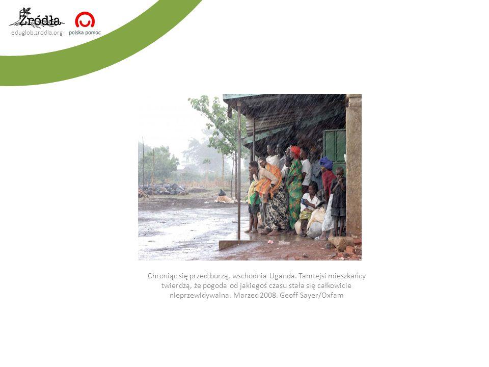 eduglob.zrodla.org Chroniąc się przed burzą, wschodnia Uganda. Tamtejsi mieszkańcy twierdzą, że pogoda od jakiegoś czasu stała się całkowicie nieprzew