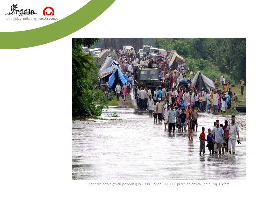 eduglob.zrodla.org Obóz dla dotkniętych powodzią w 2008. Ponad 500 000 przesiedlonych. Indie. Zdj. Oxfam