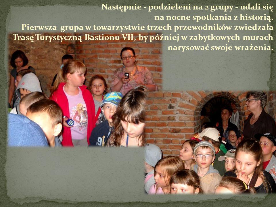 Następnie - podzieleni na 2 grupy - udali się na nocne spotkania z historią. Pierwsza grupa w towarzystwie trzech przewodników zwiedzała Trasę Turysty