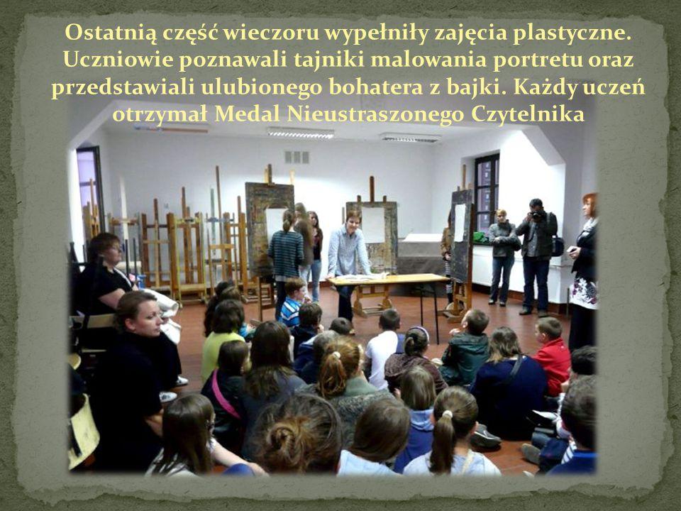 Ostatnią część wieczoru wypełniły zajęcia plastyczne. Uczniowie poznawali tajniki malowania portretu oraz przedstawiali ulubionego bohatera z bajki. K