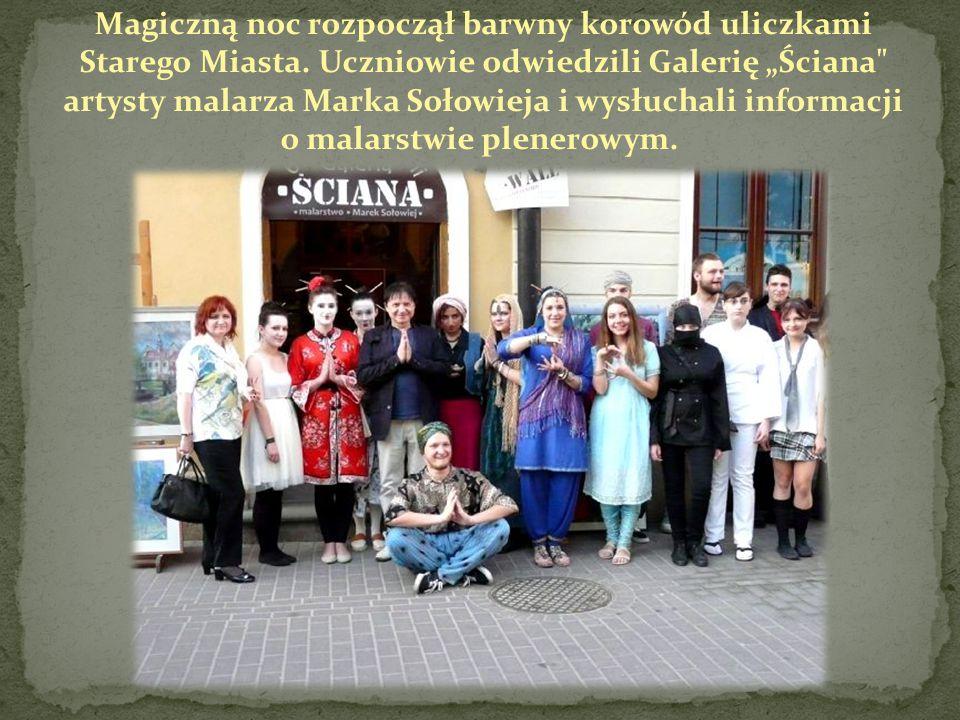 """Magiczną noc rozpoczął barwny korowód uliczkami Starego Miasta. Uczniowie odwiedzili Galerię """"Ściana"""