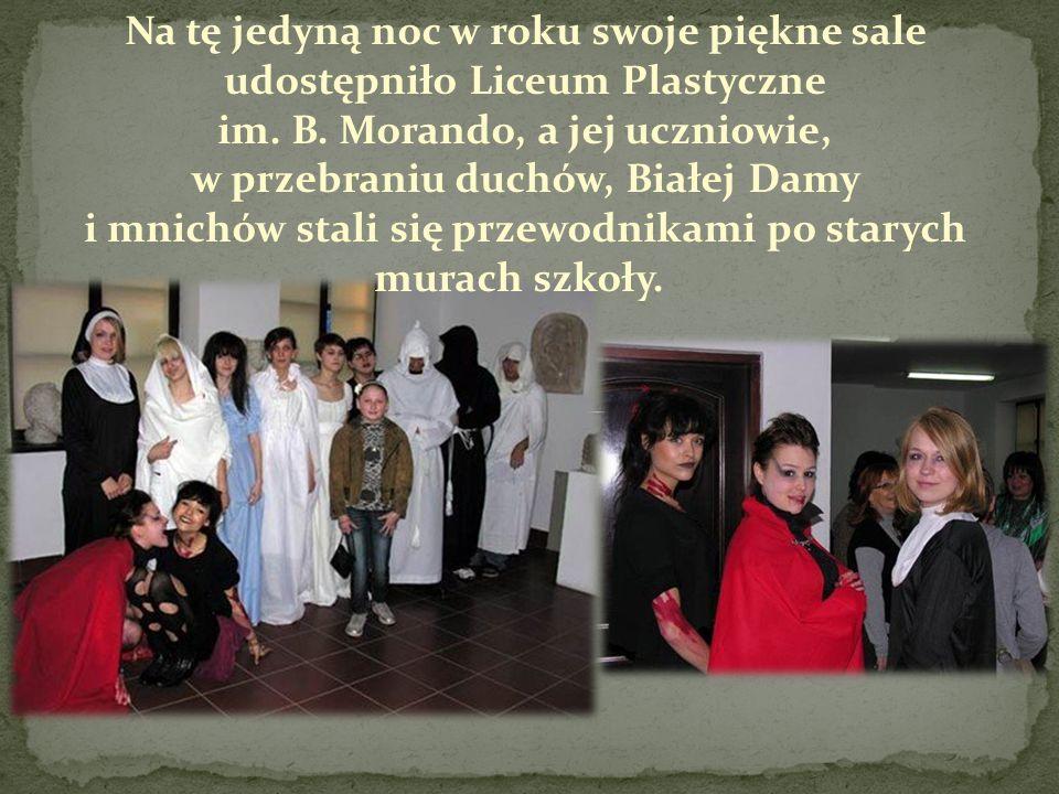 Na tę jedyną noc w roku swoje piękne sale udostępniło Liceum Plastyczne im. B. Morando, a jej uczniowie, w przebraniu duchów, Białej Damy i mnichów st