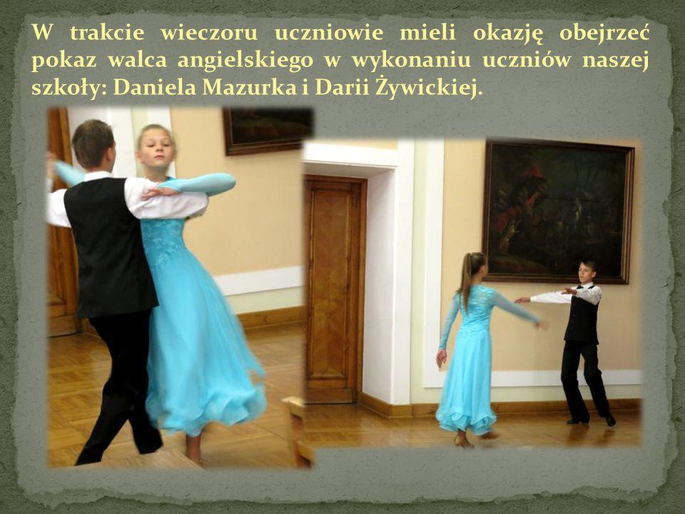 W trakcie wieczoru uczniowie mieli okazję obejrzeć pokaz walca angielskiego w wykonaniu uczniów naszej szkoły: Daniela Mazurka i Darii Żywickiej.