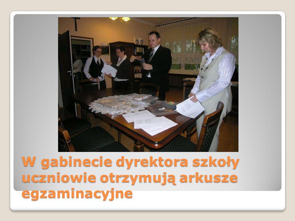 W gabinecie dyrektora szkoły uczniowie otrzymują arkusze egzaminacyjne